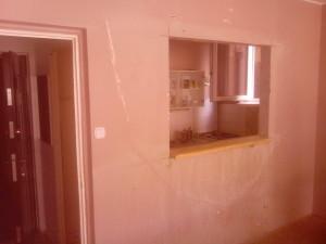 Átadó panelben konyha és nagyszoba között